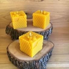 """Свещ от пчелен восък """"Кубче с пчелни килийки и пчела"""" 1 бр."""